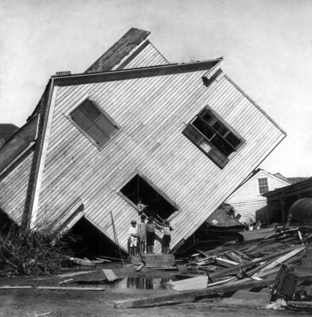 Tilted_house,_Galveston_hurricane,_1900